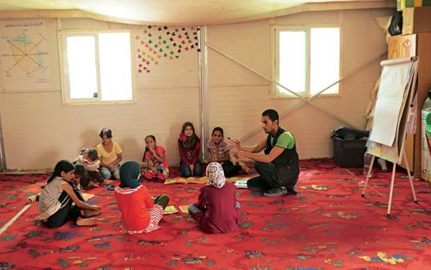 """Krieg: Unterricht im """"Child Family Center"""": Ein Lehrer klärt Mädchen über ihre Rechte auf."""