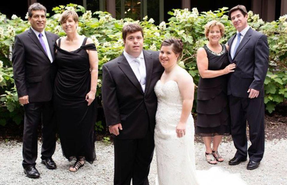 Jillian und Ryan mit ihren Schwiegereltern. Der Vater der Braut, Paul Daugherty, steht hinten rechts.
