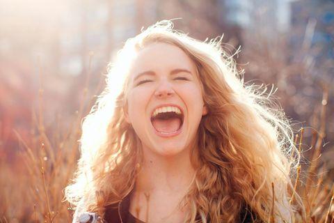Persönlichkeit: Junge, schreiende Frau mit langen, lockigen Haaren