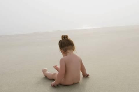 Kann ich mein Kind nackt draußen rumlaufen lassen?
