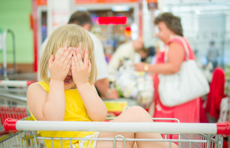 Supermarkt setzt Mutter mit schreiendem Kind vor die Tür