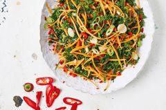 Auch roh schmeckt Grünkohl einfach wunderbar! Allerdings sollte er erst etwas mariniert werden. Dafür muss er einige Stunden im Dressing ziehen. In dieser Zeit entwickeln sich nicht nur die Aromen, sondern der Kohl wird auch leichter verdaulich. Dieser Salat ist also perfekt für eine im Voraus zubereitete Mahlzeit oder ein Essen zum Mitnehmen. Er schmeckt zwei Tage später sogar noch besser (einfach im Kühlschrank aufbewahren)! Der Grünkohl fällt beim Marinieren zusammen, und das Volumen des Salates reduziert sich um die Hälfte. Durch die Zugabe von gegarten Bohnen, ofengebratenem Kürbis, wachsweich gekochten Eiern, gegartem Fisch oder zerkleinertem Hühnchen wird daraus eine vollwertige Mahlzeit. Grünkohlsalat mit Sesam