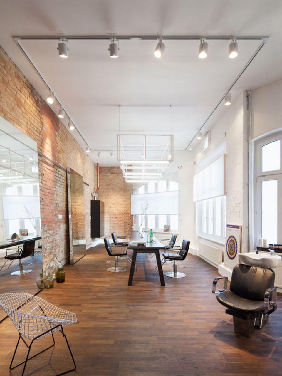 Kommunikativ statt unpersönlich: Der zentrale Tisch im loftigen Studio in Berlin-Mitte lädt die Kunden dazu ein, untereinander zu quatschen