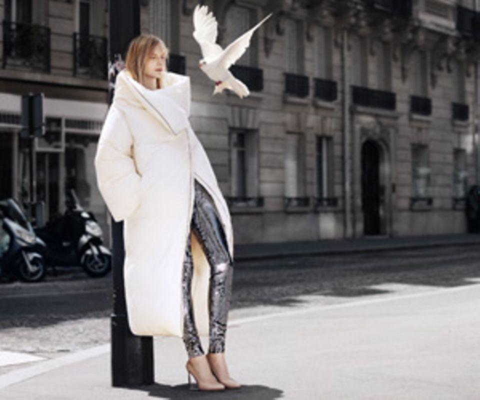 Eine Bettdecke zum Anziehen - aus der aktuellen Kampagne von H&M + Maison Martin Margiela.