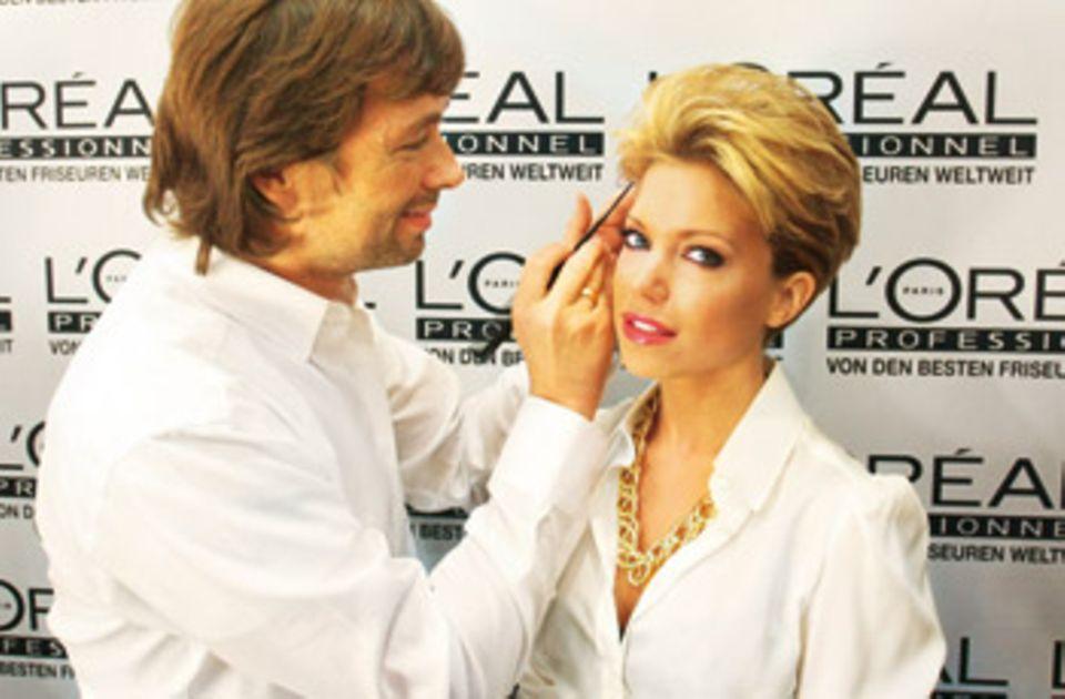 """""""Man hat in dieser Zeit eine enge Beziehung zum Friseur."""" Für Sylvie van der Vaart war das u. a. André Märtens, 44, der sie von raspelkurz über Ponyperücke – """"damit man den Ansatz nicht sieht!"""" – bis zur heutigen halben Länge, manchmal mit Extensions, begleitet"""