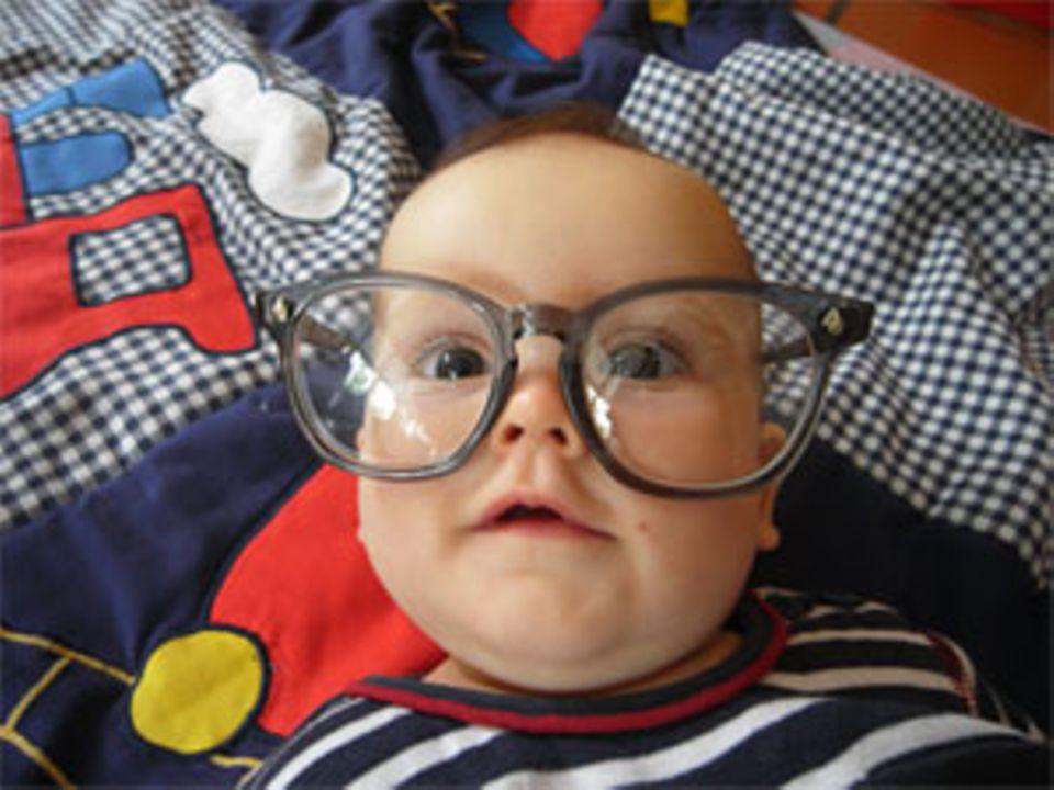 Sebstians Schwester Constanze ist aber bestimmt hochbegabt, denn sonst wäre sie ja nicht mit einer Intellektuellen-Brille auf die Welt gekommen, oder?