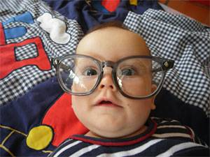 BRIGITTE MOM Blogs: Sebstians Schwester Constanze ist aber bestimmt hochbegabt, denn sonst wäre sie ja nicht mit einer Intellektuellen-Brille auf die Welt gekommen, oder?