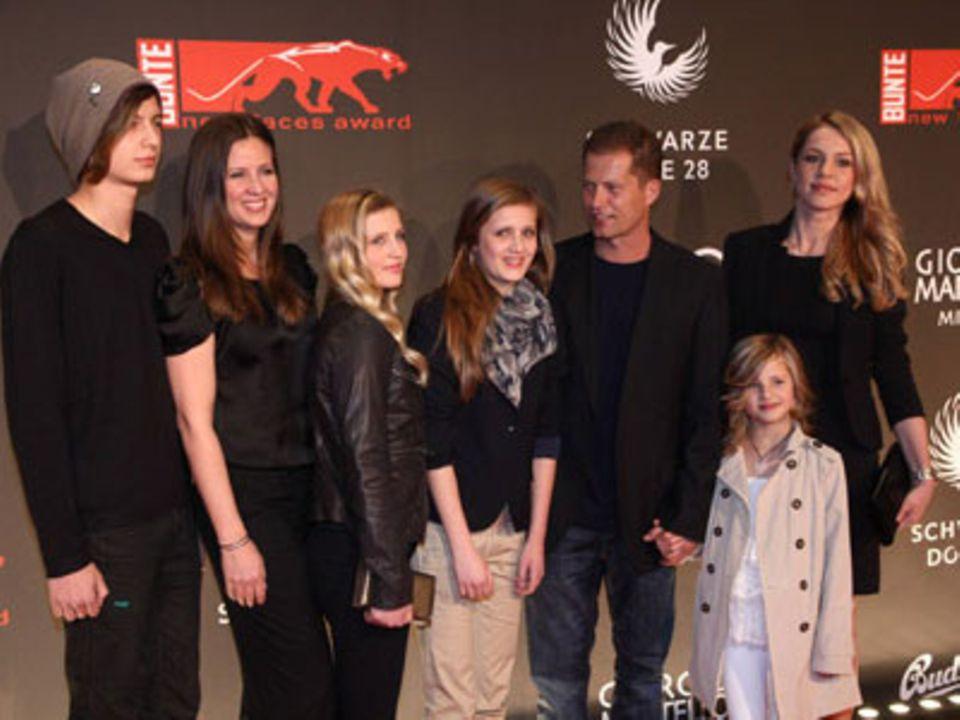 Familienmensch Schweiger, umgeben von seinen Lieben auf dem roten Teppich: Ex-Frau Dana (2. von links), die vier Kinder und seine aktuelle Freundin Svenja Holtmann (rechts)