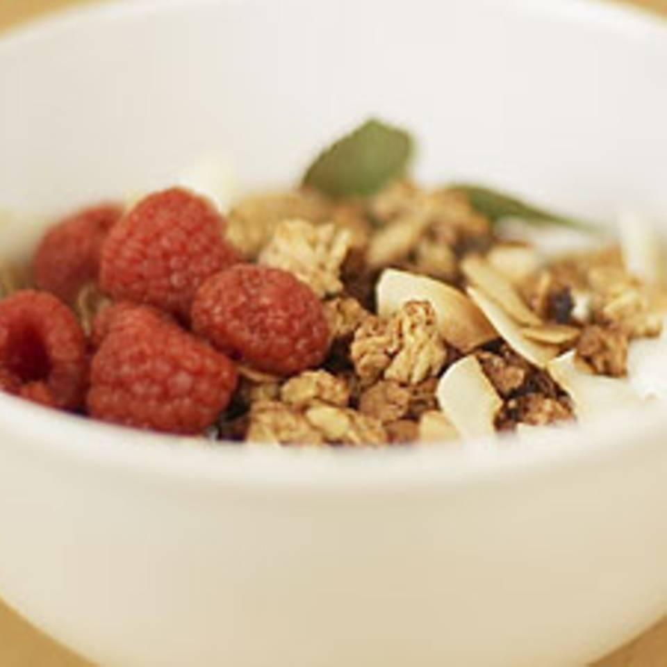 Veganer Joghurt aus Kokosmilch mit selbstgemachtem Knuspermüsli