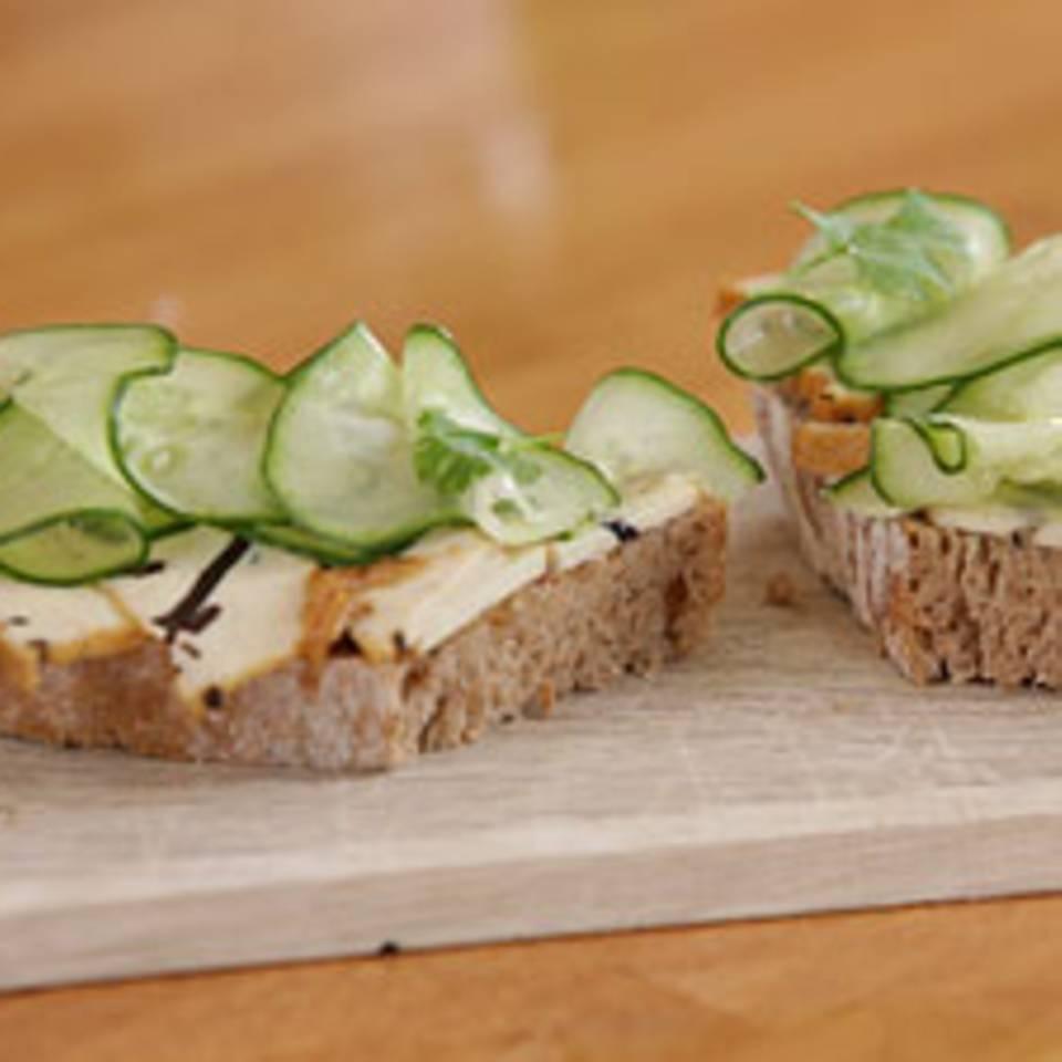 Gurkensandwich mit Algentofu und Koriander - eine Video-Kochschule