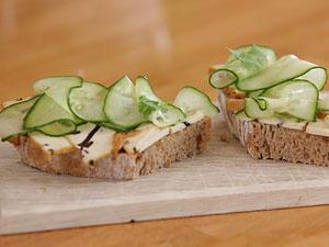 Gurkensandwich - mit selbst gebackenem Brot und Algentofu
