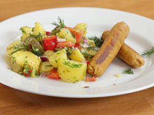 Selbst gemachte vegane Würstchen und Kartoffelsalat