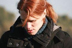 Andrea Krieger, 35, ist Systemadministratorin und wurde mit männlichen Geschlechtsmerkmalen geboren. Nach Jahren großer Unsicherheit über das, was sie ist, bekannte sie sich mit 27 als transsexuell, begann eine begleitende Psychotherapie und in der Folge die Einnahme gegengeschlechtlicher Hormone. 2011 ließ sie ihren Vornamen und ihr Geschlecht auch rein rechtlich ändern. Sie lebt seither mit ihrer Freundin, die sie noch aus der Schulzeit kennt, und deren Kindern zusammen und ist ehrenamtliche Sprecherin bei SchLAu NRW.