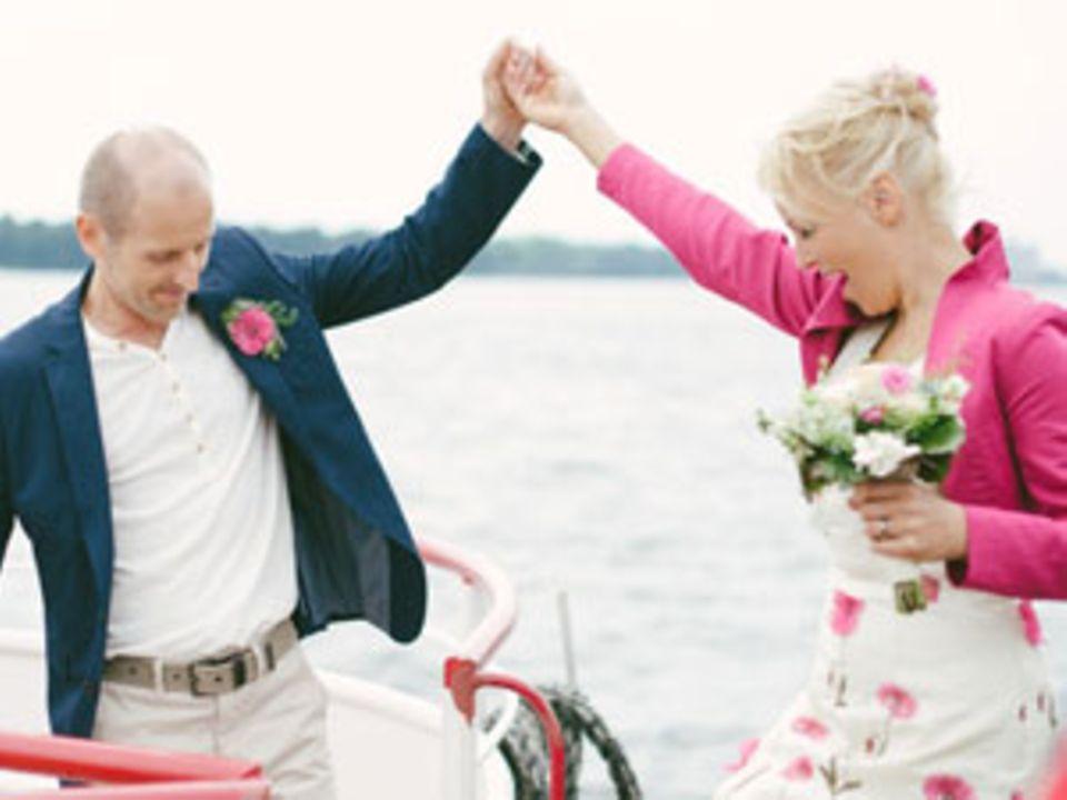 Chris Libuda teilt ihre Begeisterung für moderne Hochzeiten auf einhochzeitsblog.com. Wenn sie nicht gerade neue DIY-Ideen kreiert und fotografiert, schreibt Chris als Redakteurin des Hochzeitsmagazins marryMAG oder gibt Workshops. Zuvor war die studierte Fernsehjournalistin als Reporterin des SWR tätig und viele Jahre als TV-Nachrichtenredakteurin der Tagesschau bei der ARD in Hamburg aktiv.