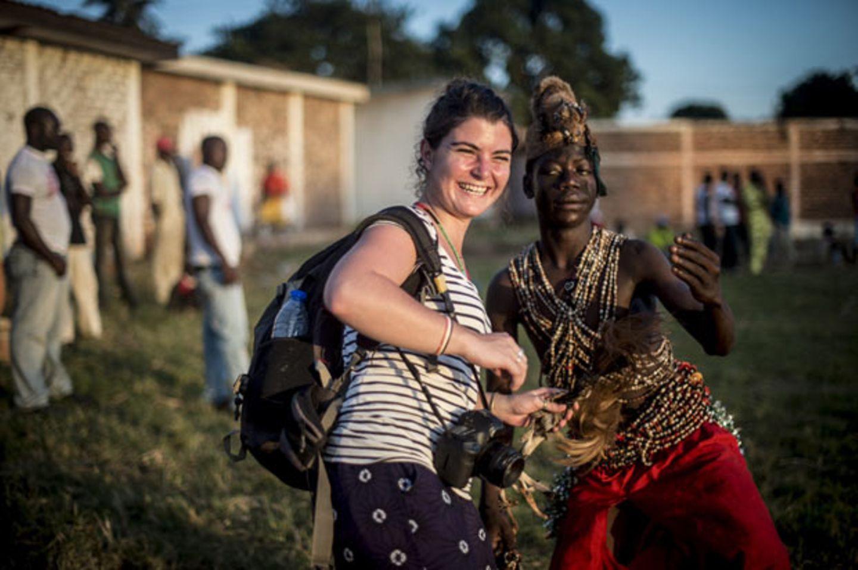 Camille Lepage mit einem einheimischen Tänzer im Bonga Bonga Stadion in Bangui/Zentralafrikanische Republik