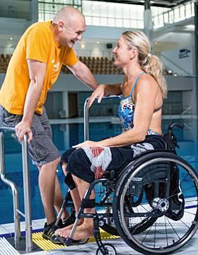 Beziehungsporträt: Auf Mitleid hat Kirsten Bruhn keine Lust. Das Wasser ist für sie wie eine Befreiung, dort spürt sie keine Schmerzen.