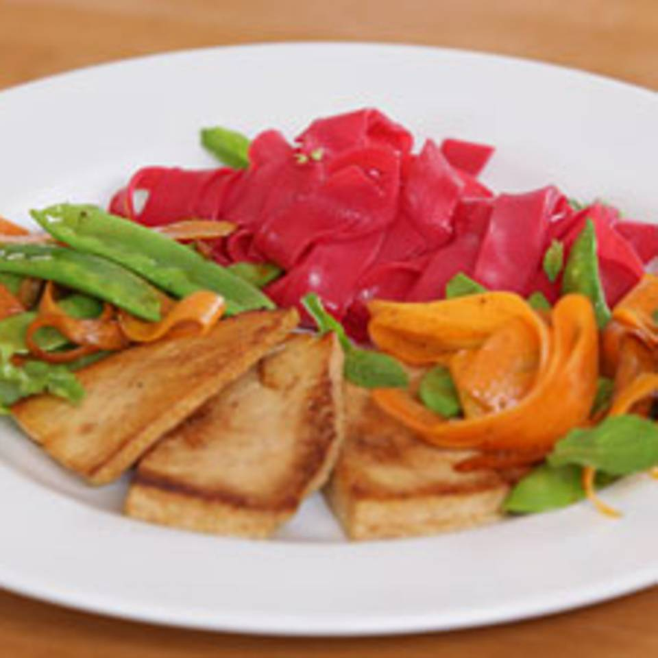 Pinke Reisnudeln mit mariniertem Tofu und buntem Gemüse - eine Video-Kochschule