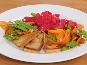 Asiatisch gut: Pinke Reisnudeln mit mariniertem Tofu