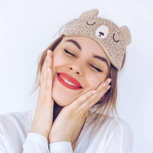Hautpflege Layering: Frau bei der Gesichtspflege
