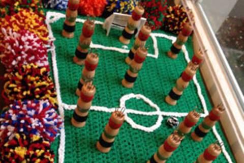 Gehäkeltes Fußballfeld: Stricklieseln vor, noch ein Tor!