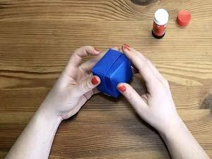 Papierschachtel basteln mit Kleber und Schere