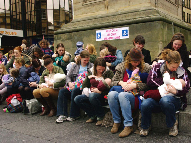 Brust raus aus Protest: Mütter stillen in der Öffentlichkeit