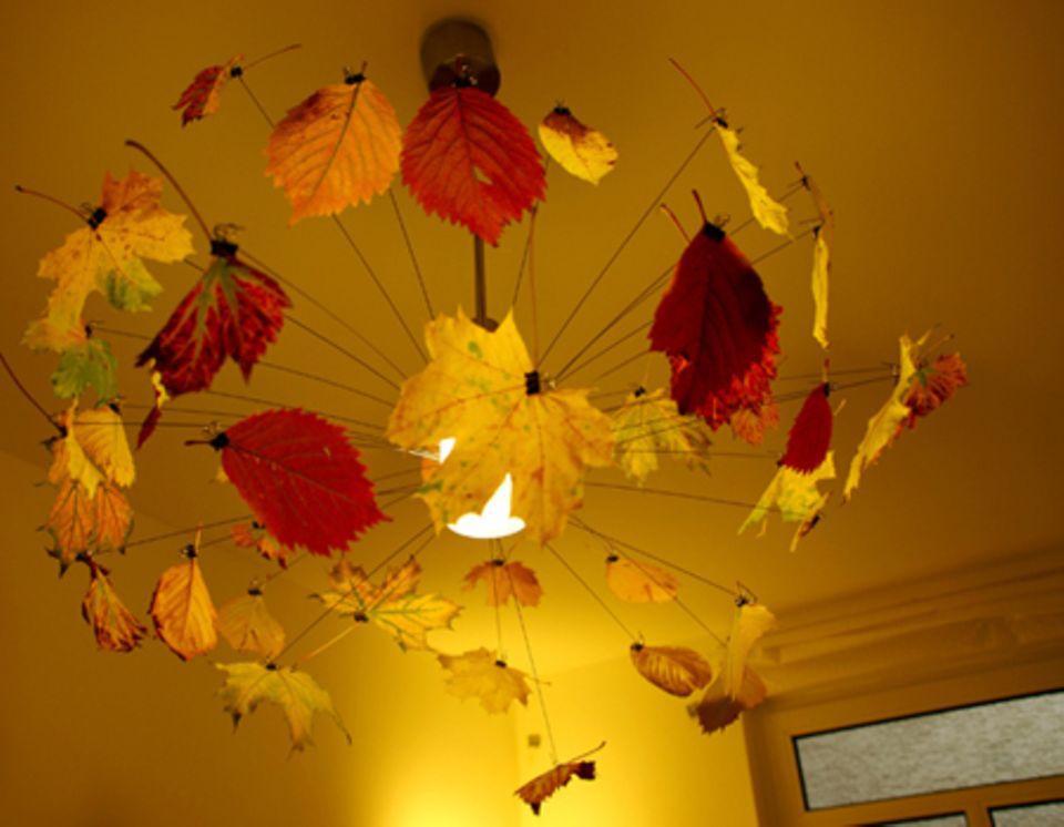 Auch mit buntem Herbstlaub dekoriert, macht die Lampe eine gute Figur