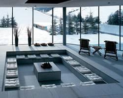 Relaxen vom Partystress mit Blick auf den Schnee