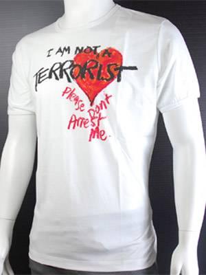 Im Kampf gegen vorschnelle Verurteilung: Vivienne Westwoods Shirt, das auf den Laufstegen für ordentlich Furore sorgte, könnt ihr in ihrem Online Store  www.hervia.com für ca. 50 Pfund bestellen.