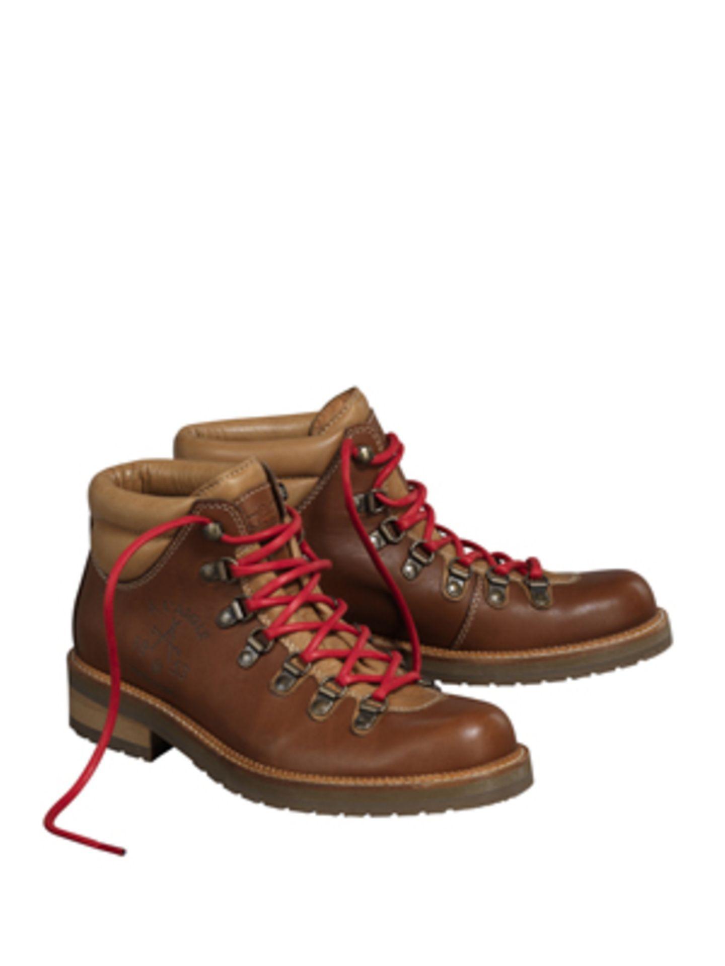Derbe Wanderstiefel aus Leder mit roten Schnürsenkeln von Aigle, um 180 Euro. Tipp: Kniestrümpfe mit Flechtmuster machen den Wiesn-Look perfekt!