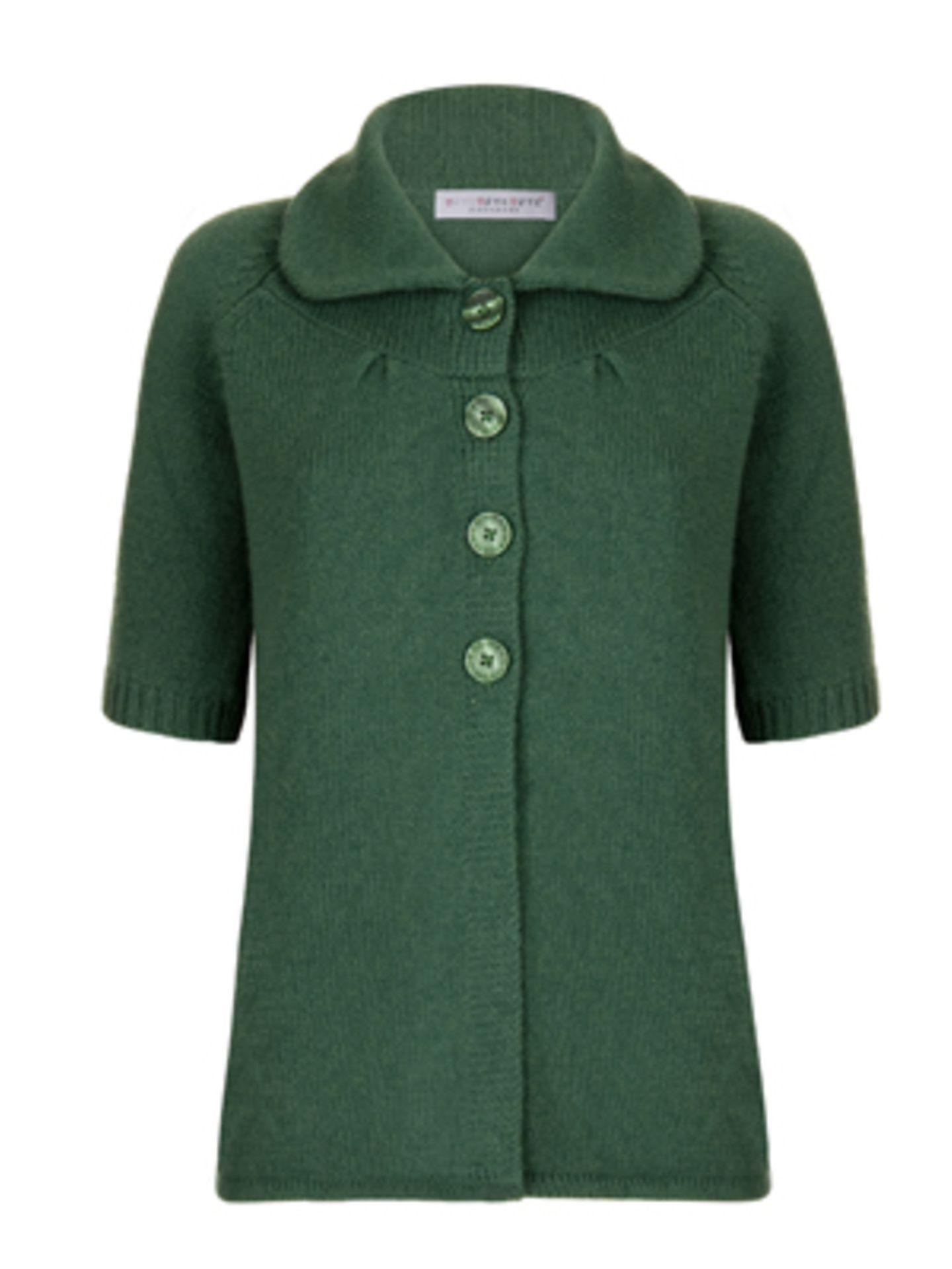 Grüne Feinstrickjacke mit rundem Kragen und nur halber Knopfleiste von ftc Cashmere, um 300 Euro.