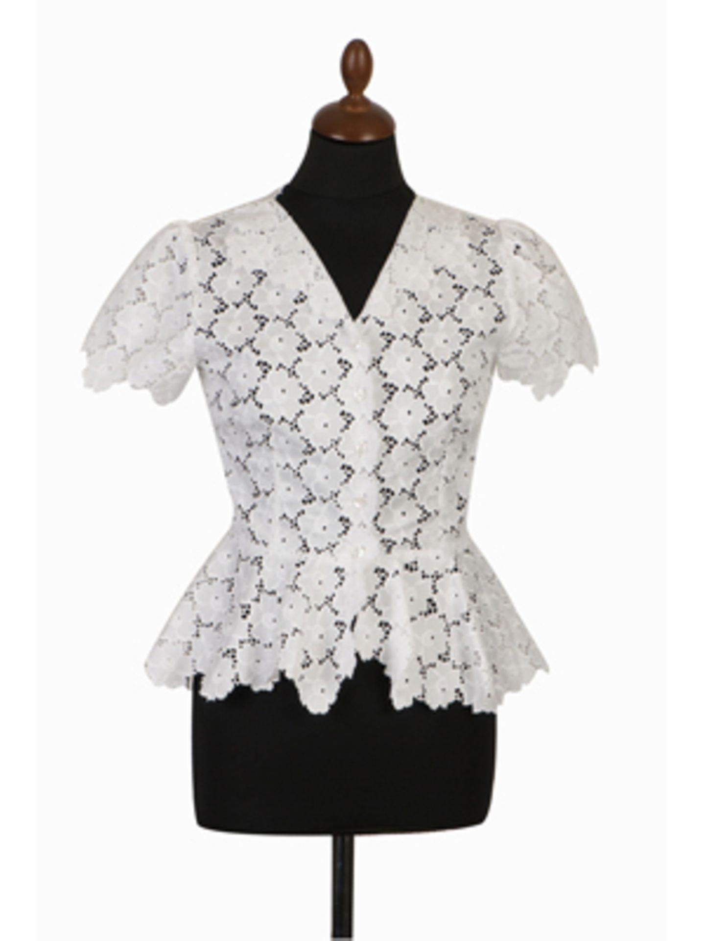 Dirndl-Bluse mit Lochmusterung ohne Kragen von Lena Hoschek, um 190 Euro.