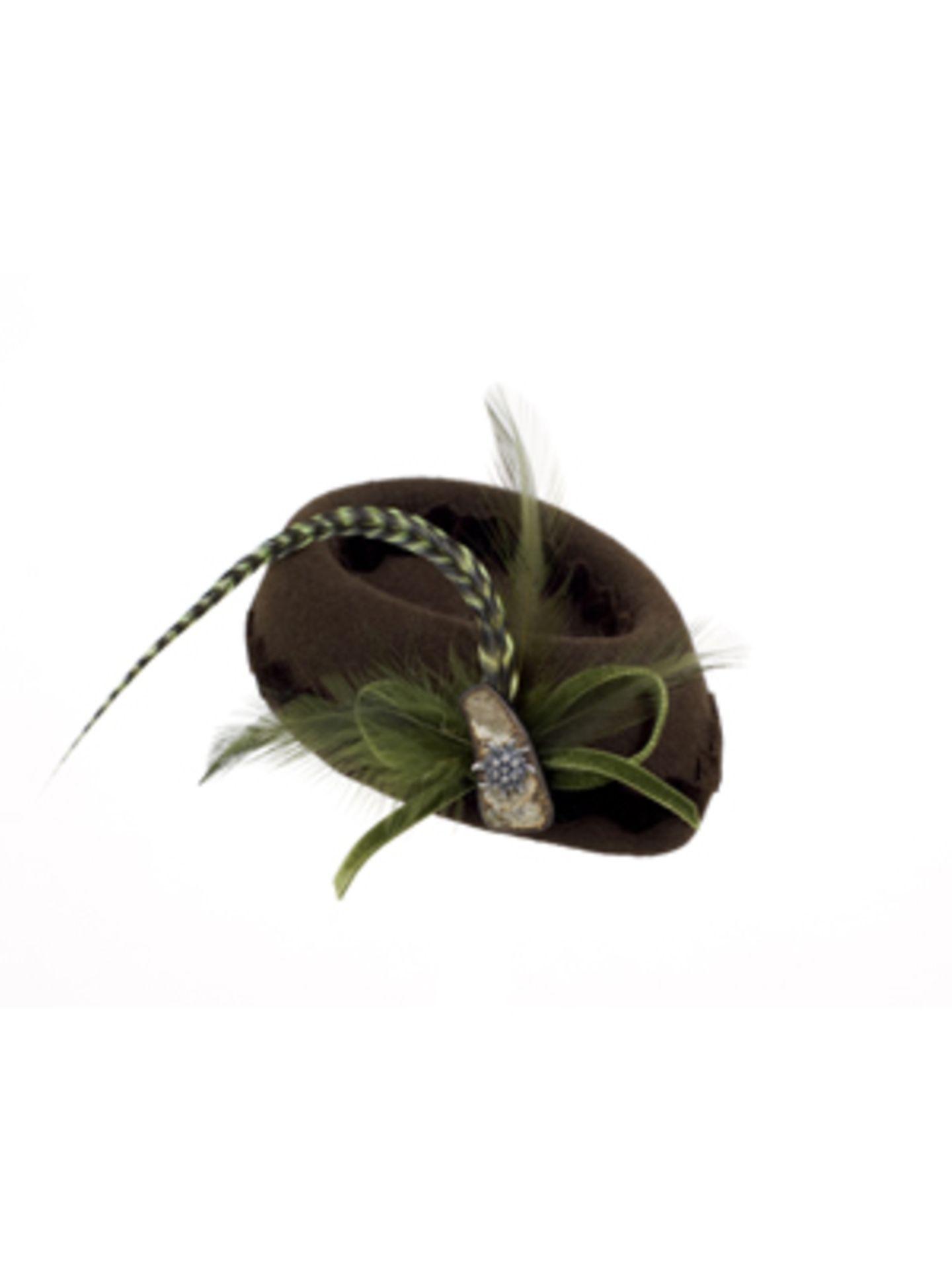 Kleiner süßer brauner Hut mit Alm-Charme und Federn von Salon Hüte & Accessoires, um 145 Euro.
