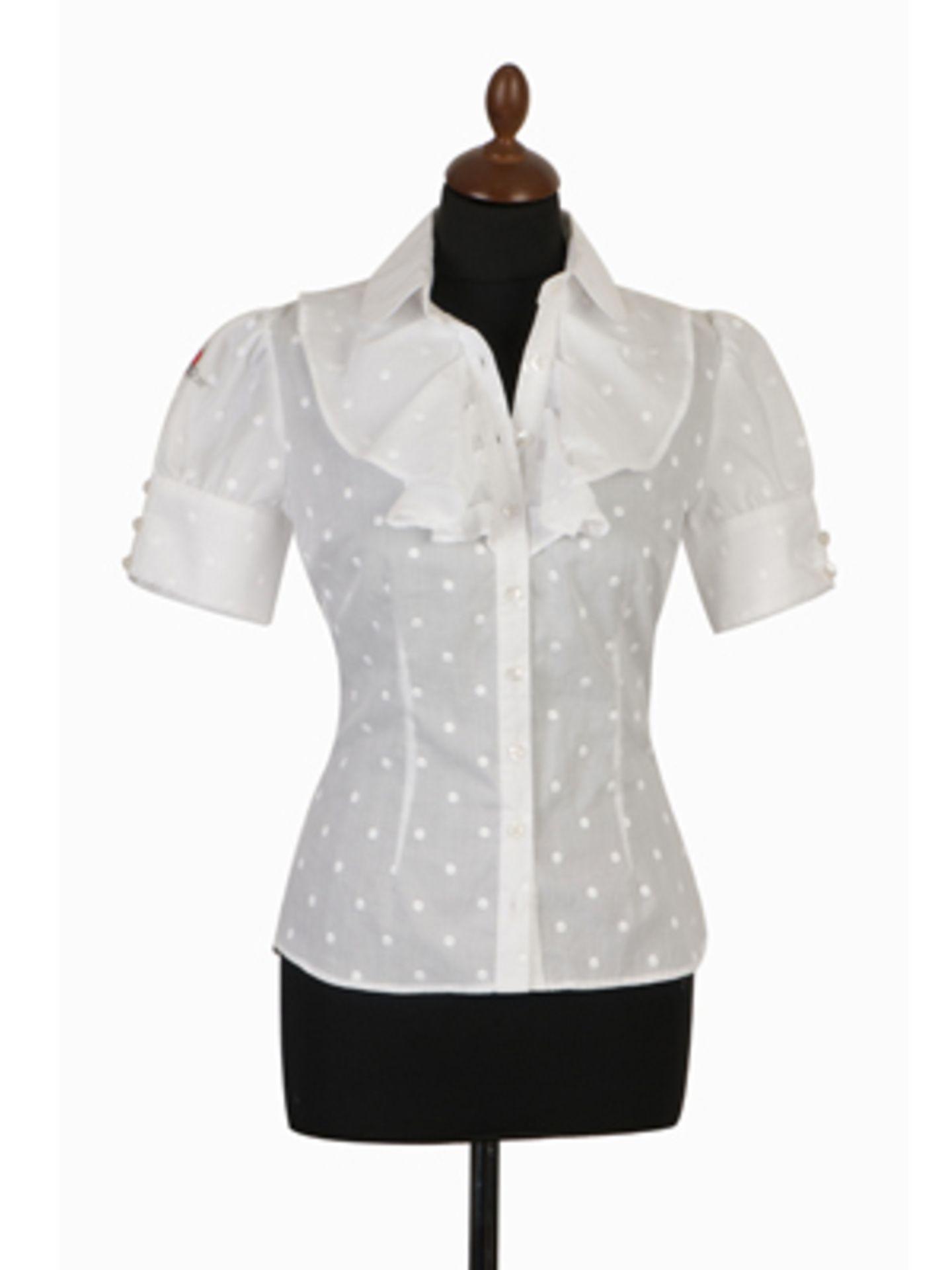 Weiße Kurzarm-Bluse mit kleinen Pünktchen und Rüschenkragen von Lena Hoschek, ab 240 Euro.