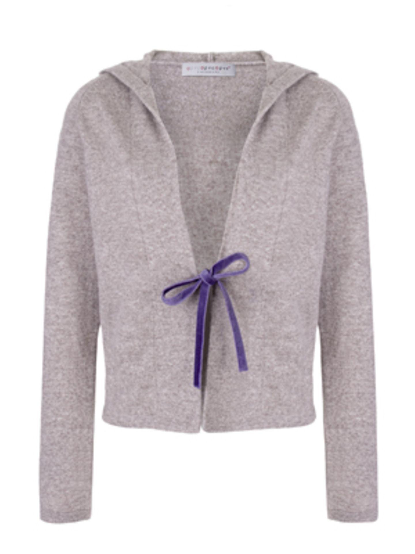 Hochwertige Strickjacke mit lilafarbenem Band vorn von ftc Cashmere, um 230 Euro.
