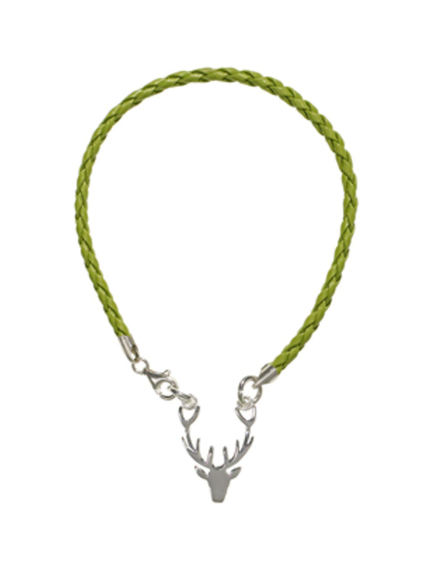Hellgrünes Flechtarmband mit Hirschgeweih-Anhänger von brasi&brasi, um 50 Euro.
