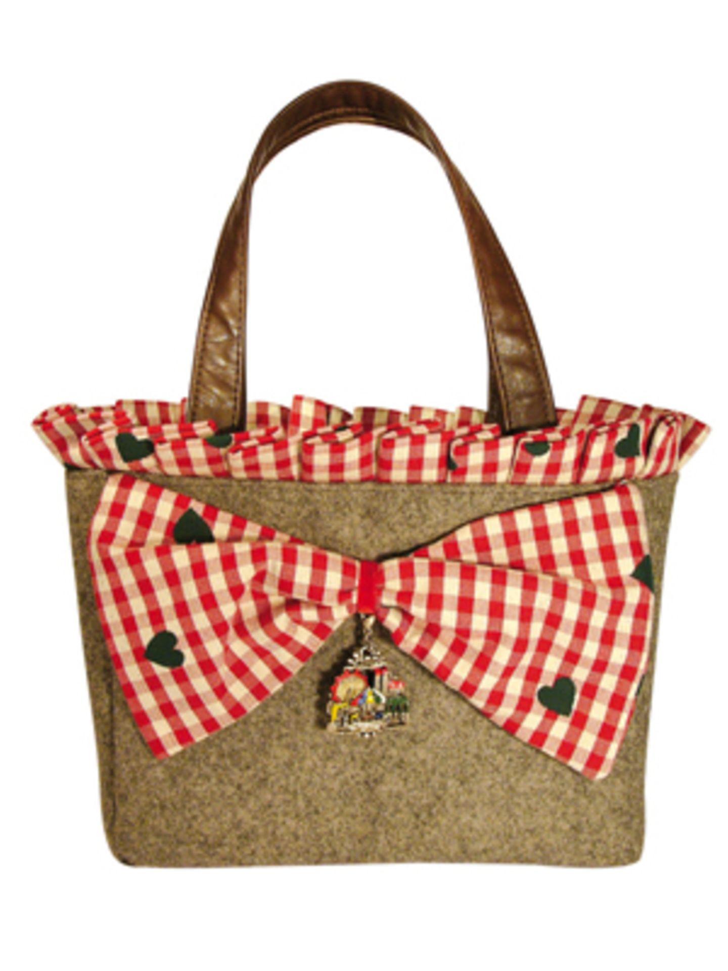 Unterarmtasche aus Filz mit kleinkarierter Schleife und Anhänger von Mandana Just Bags, um 170 Euro.