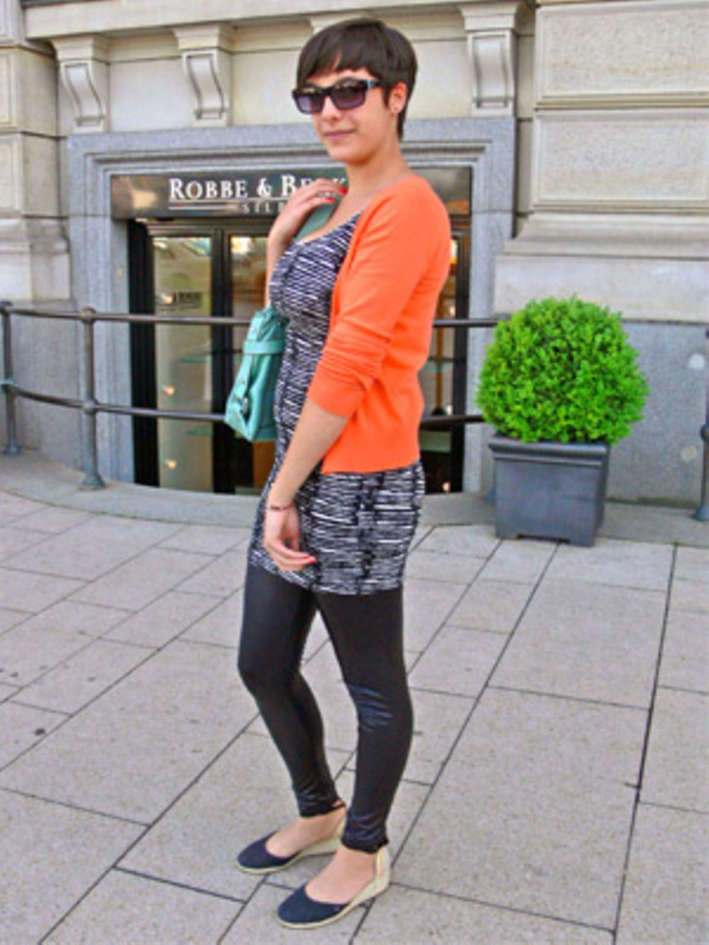 Hilje, 16, trägt eine Kombination aus Zebrakleid (H&M) und einer poppig orangefarbenen Strickjacke (H&M). Damit liegt sie voll im Trend, denn Knallfarben sind ebenso angesagt wie Animalprints. Einen schönen Kontrast schafft Hilje's türkisfarbene Tasche (Fossil). Die Schuhe mit Keilabsatz (Tommy Hilfiger) und die XXL-Brille (Kangol) runden den Look ab.