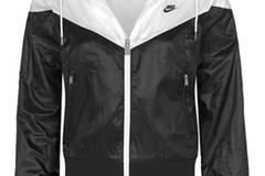 Der Windbreaker im angesagten Schwarz-Weiß-Kontrast von Nike kostet um 85 Euro.