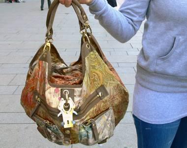 Die bunt schimmernde Tasche von George, Gina & Lucy ist ein wahres Schmuckstück. Die stolze Besitzerin Ann-Kathrin, 20, ist Bankkauffrau und kommt aus Hamburg.