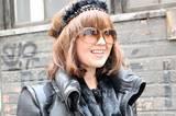 Krönchen mit Puschel: Haute-Couture-Königin auf dem Weg zur Arbeit. Dieser Style eignet sich perfekt für glattes Haar - sonst geht die Krone noch im Lockenmeer unter.