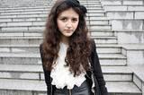 Diese junge Dame hat sich für den Amadeus-Rock-Look entschieden. Oben romantisch, unten wild. Kombiniert Schleife im Haar und Rüschenbluse mit Lederrock.