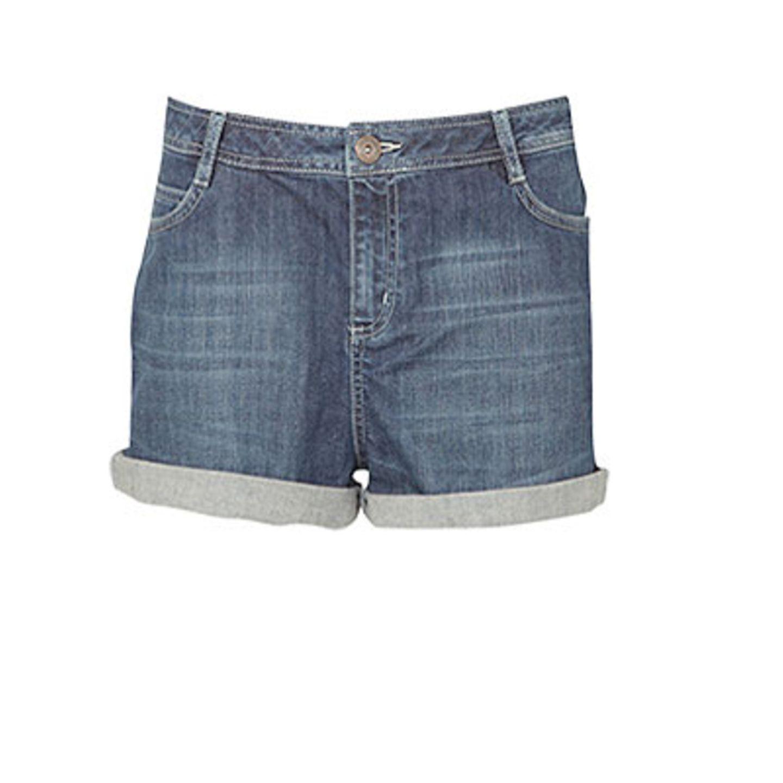 Kurze Hosen machen lange Beine: Jeansshorts mit Umschlag von Oasis, ca. 42 Euro.