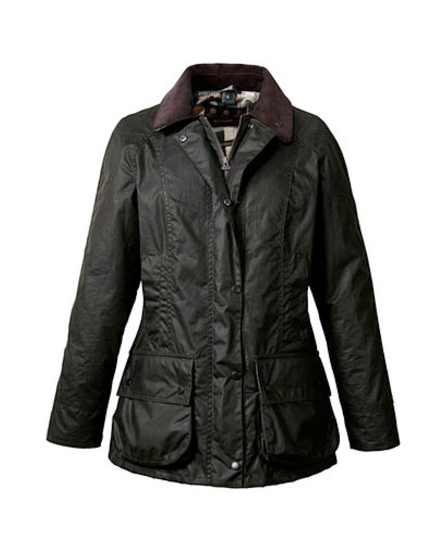 Der Klassiker: Gewachste waldgrüne Barbour-Jacke, ca. 299 Euro. In London und New York waren die gewachsten Jäger-Jacken bereits im vergangenen Winter extrem angesagt, jetzt erlebt die ehemals als snobistisch geltende Outdoor-Jacke auch bei uns eine Renaissance!