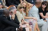 Die Frisur dieser Frontrow-Sitzerin bei der Pariser Modenschau ist zeitlos und immer gleich: der berühmte Bob auf Anna Wintours Kopf. Kein Härchen krümmt sich, Annas Helm sitzt immer. Modische Frisuren tangieren Anna null.