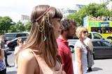 Der Hippie-Haarbandstyle auf indianisch: Ein traumfängerartiges Band mit Ethnomuster aufs glatte Langhaar drapiert.