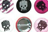 Totenkopf-Buttons in unterschiedlichem Design für ca. 11 Euro bei www.design-3000.de