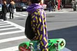 Typisch für Brooklyn sind Kapuzenshirts mit rockigen Prints. So wirkt das Skateboard unterm Arm gleich viel cooler.
