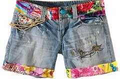 Shorts mit bunten Farbakzenten von Desigual, über Conley's, um 99 Euro.