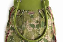 Grüne Stofftasche mit langen Henkeln und praktischen Reißverschlüssen vorn. Von Skunkfunk, um 51 Euro.